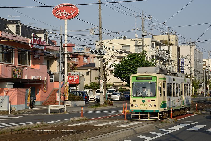 Alom vertegenwoordigd is de serie 7000. Hier rijdt een tram richting Waseda bij de halte Machiya-Nichôme.