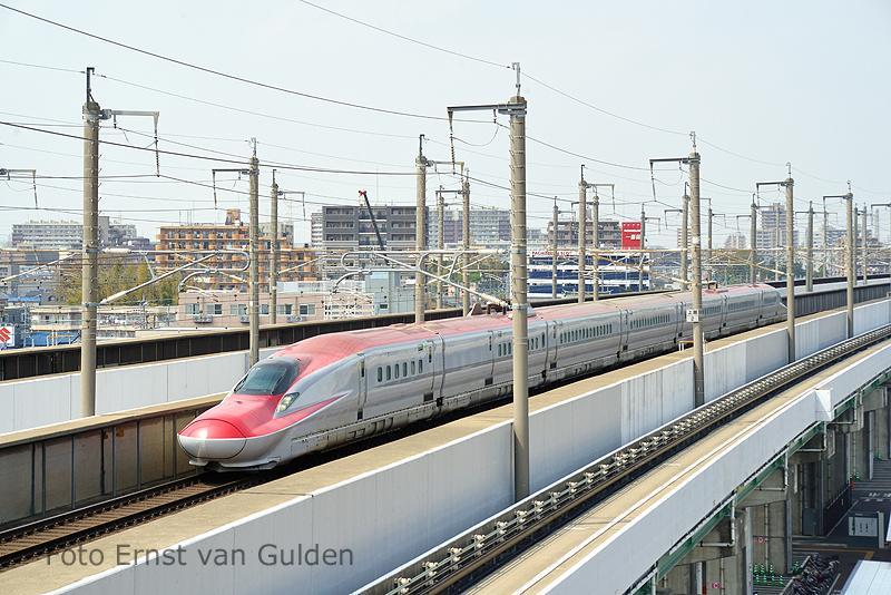 De nieuwste Shinkansen is de E-6 series, welke vanaf maart 2013 in dienst kwam. Momenteel (juni 2013) worden er maar 6 slagen met dit stel gereden. Op de foto zien we een stel het spoorwegmuseum passeren op weg naar Tokio.