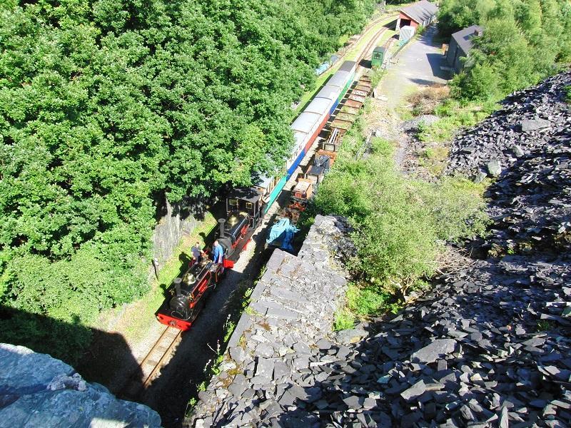 De 600mm Llanberis Lake Railway loopt 2,5 mijl langs Lake Padarn. Wij waren er tijdens een Steam Gala met gastlocs en dubbeltractie. Een aantal van de vroeger in de leisteenmijnen gebruikte (Hunslet) smalspoorstoomlocjes zijn nog bewaard gebleven. Ook dit is één van de Great Little Trains of Wales.