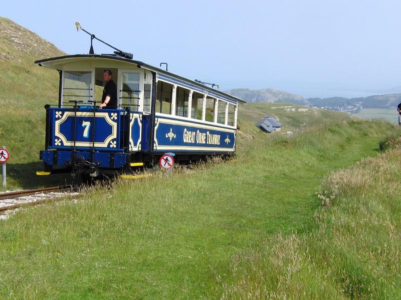 De Great Orme is een 200 meter hoge rots bij Llandudno, aan de noordkust van Wales. Er rijden al 111 jaar trams naar boven. Dankzij het mooie weer en verschillende aanwezige schoolklassen waren er wachtrijen voor de trams, die elke 20 minuten reden.De nu niet meer gebruikte trolleystang was vroeger verbonden met een telefoonlijn voor communicatie met de treindienstleider. De aandrijving van de kabels voor de tractie werd eerst door stoommachines en nu door elektromotoren verzorgd.Deze speciale spoorlijn leerden we kennen tijdens een NVBS-afdelingsavond.