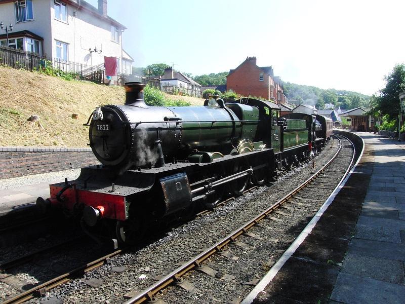 Wales heeft nog een normaalsporige museumlijn: de 7,5 mijl lange Llangollen Railway langs de rivier Dee. Ook hier werd in dubbeltractie gereden. De eerste slag van de dag werd getrokken door GWR 7822 'Foxcote Manor' en BR (800(72 tank locomotief, samen een opvallende combinatie.