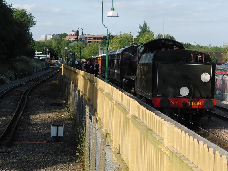 Ook buiten Wales was veel te ontdekken, zoals de Bluebell Extention. Deze zusterspoorlijn van de SHM in Hoorn, sluit na 43 jaar weer aan op de hoofdlijn in East Grinstead. Links op de foto is nog net de trein uit Londen te zien. Voor deze verlenging zijn onder meer miljoenen tonnen vuilnis verwijderd uit een oude uitsnede, waar nu weer een spoor doorheen loopt. De Bluebell Railway trok in de maanden maart t/m mei 2013 al 36% meer reizigers. Zelfs zoveel, dat er extra dieseltreinen rijden. Best bijzonder voor een museumlijn die lang als een echte 'steam only line' bekend stond.