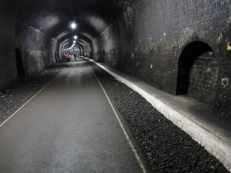 Tot slot: tunnelvisie. De Monsal Trail is een 8,5 mijl lange fiets- & wandelroute van Bakewell tot bijna bij Buxton. Het traject was onderdeel van de vroegere hoofdlijn van Derby naar Manchester, geopend in 1863 en 105 jaar later gesloten. Wandelroutes over voormalige spoorlijnen zijn er in de UK heel veel. Bijzonder aan de Monsal Trail zijn de drie rond 500 yard lange tunnels waar je doorheen loopt; in andere 'railway walks' kan dat niet. Doordat de tunnels in een boog lopen, zie je bij binnengaan nog geen licht aan het einde.