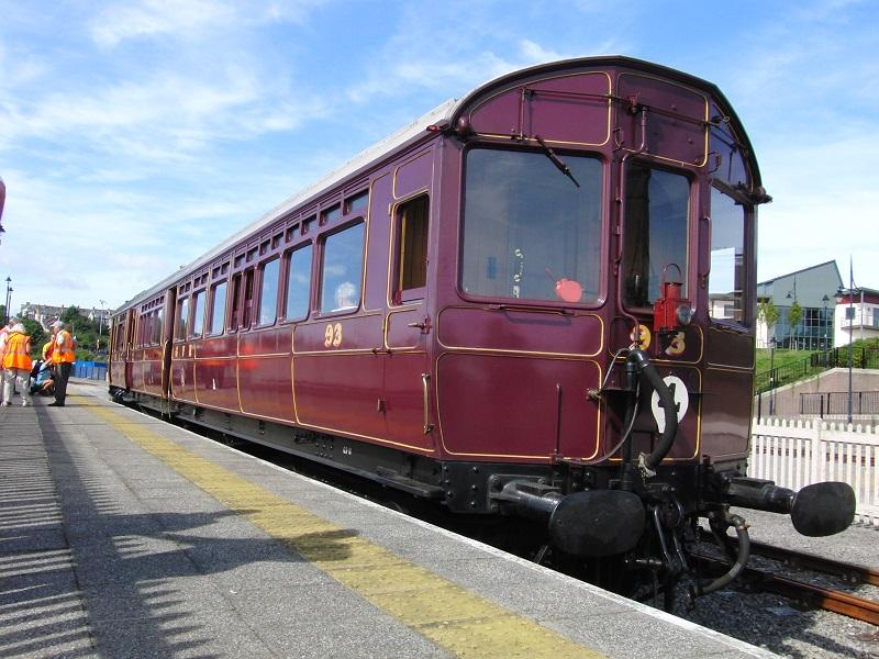 Tijdens het Barry At War Weekend reed bij de Barry Tourist Railway 'steam railmotor' nummer 93. Dit 105 jaar oude rijtuig met interne stoomketel is sinds twee jaar actief bij diverse museumlijnen. Dergelijke railmotors deden dertig jaar dienst in Engeland en Wales.