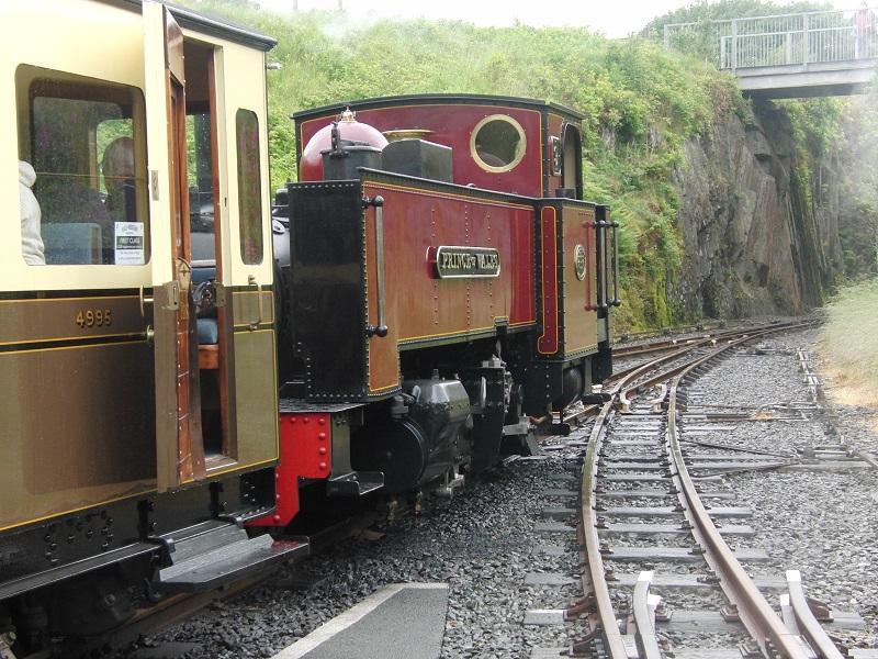 Vlak naast Aberystwyth station vertrekt de Vale of Rheidol Railway naar Devil's Bridge. Bij die duivelse brug en bijbehorende waterval waren de weergoden ons niet gunstig gezind en kwam er heel wat water van boven. Maar dat was één van de weinige buien die we in Wales gehad hebben, in tegenstelling tot de uitdrukking 'Welsh summer' voor een verregende zomer. Niet alleen Nederlanders hebben het graag over het weer…