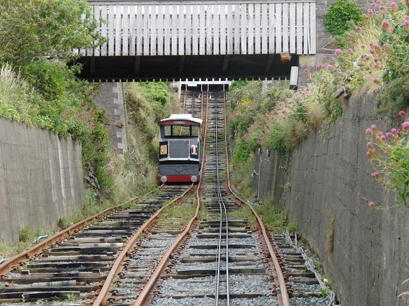 De Aberystwyth Cliff Railway was bij de bouw in 1896 met 237 meter de langste funiculair van de Britse eilanden. Het dalende voertuig trekt het stijgende exemplaar 130 meter omhoog. Hoewel het weer hier niet optimaal, maar wel droog was, hadden we van bovenaf mooi zicht op de baai, pier en kasteelruïne.