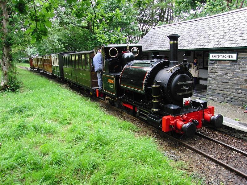 De Talyllyn Railway rijdt op diverse donderdagen in het hoogseizoen met hun Victorian Train. Deze dateert, inclusief locomotief, uit de jaren '60… van de 19e eeuw! Onderweg zijn er voor de hobbyisten diverse fotostops, waarbij de trein voorbij rijdt aan de vele camera's. Ook kregen we extra uitleg van een enthousiaste en ervaren medewerker die al decennia lang bij deze lijn actief was.