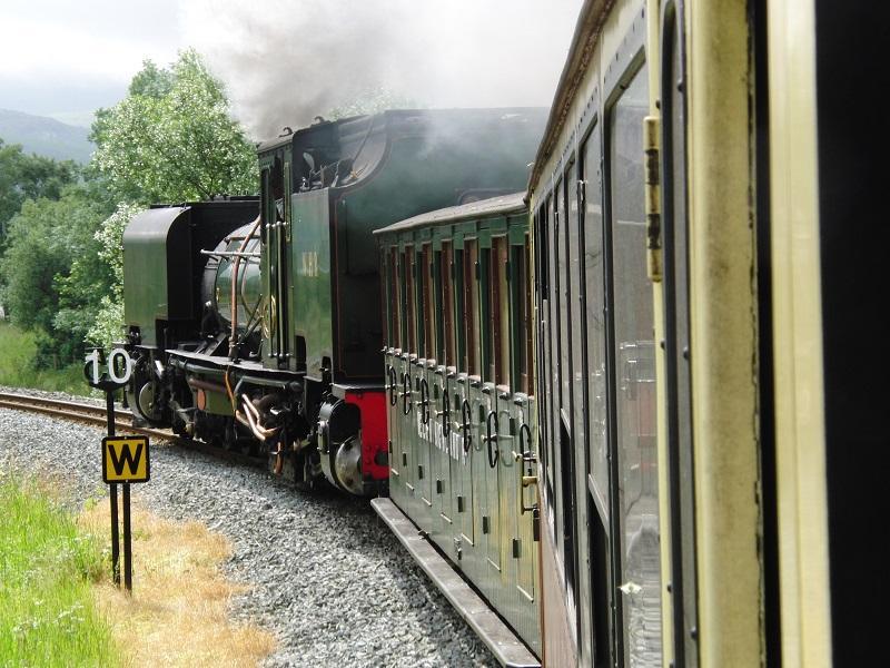 De Welsh Highland Railway is in fasen uitgebouwd en is sinds 2011 maarliefst 25 mijl lang. Vanuit Caernarfon wordt eerst flink geklommen om dwars door het Snowdonia National Park, met zicht op Mount Snowdon 2,5 uur later in Porthmaddog aan te komen. De 41 ton zware en 14,7 meter lange loc 143 trok ons over vele viaducten en door diverse tunnels. Deze oorspronkelijk Zuid-Afrikaanse NG G16 'double prairie' 4 cylinder Garrett is een indrukwekkende verschijning.