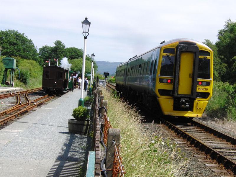 De Welsh Highland Heritage Railway is een één mijl lang lijntje met halverwege een nog smaller spoorlijntje en een mooi museum. Bij beginstation Porthmaddog kwam net een Class 158 van Arriva voorbij.Vervolgens vertrokken we vanuit het Harbour Station met de Ffestiniog Railway. Deze 13,5 mijl lange lijn vertoont een vrijwel constante stijging tot aan eindpunt Blaenau Ffestiniog. Daar is aansluiting op de Conwy Valley Line naar Llandudno. Daarmee is dit de enige spoorverbinding van west- naar noord-Wales.