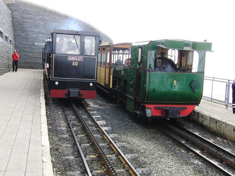 De Snwodon Mountain Railway beklimt met een tandrad de hoogste berg van Wales (1085 meter). Ook dit is één van de vele staaltjes van Victoriaanse ingenieurskunst die nu nog dagelijks dienst doen. De dienst wordt met vier diesels en een stoomtrein uitgevoerd en is bij mooi weer met dito uitzicht erg druk.