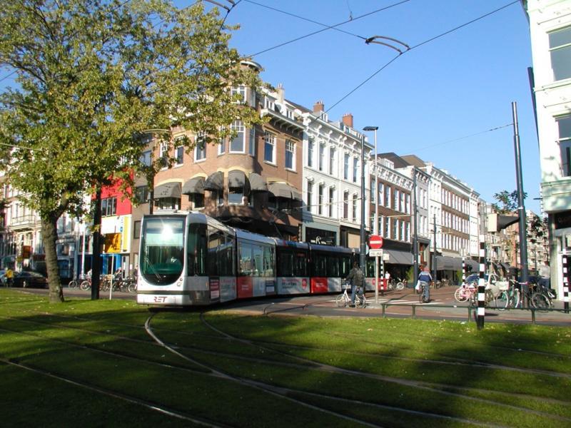 Ook hier weer een bocht die normaal niet bereden wordt. De lijnen 4 en 7 buigen vanaf de Van Oldenbarneveltstraat linksaf de Mauritsweg op; in dit geval lijn 4.