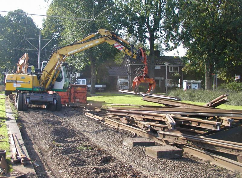 Ook in Zuid wordt gewerkt. Bij de halte Beukendaal wordt het oude spoor verwijderd.