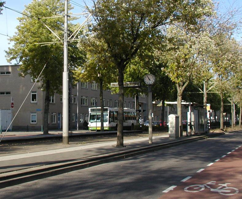 De pendelbus naar ′Groene Tuin′ passeert de halte Beukendaal.