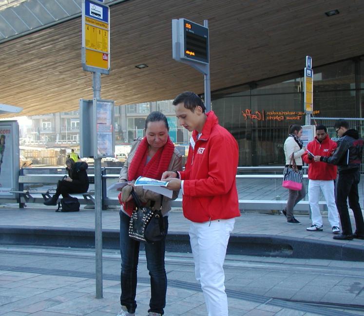 Bij het Centraal Station staat een peloton informanten klaar om de mensen wegwijs te maken. Het plattegrondje is voor veel mensen niet voldoende.Elders in de stad ben ik geen informatie-verschaffers tegengekomen. Daar vallen de reizigers de conducteur van de tram lastig met vragen zodat de trams extra vertraging oplopen.