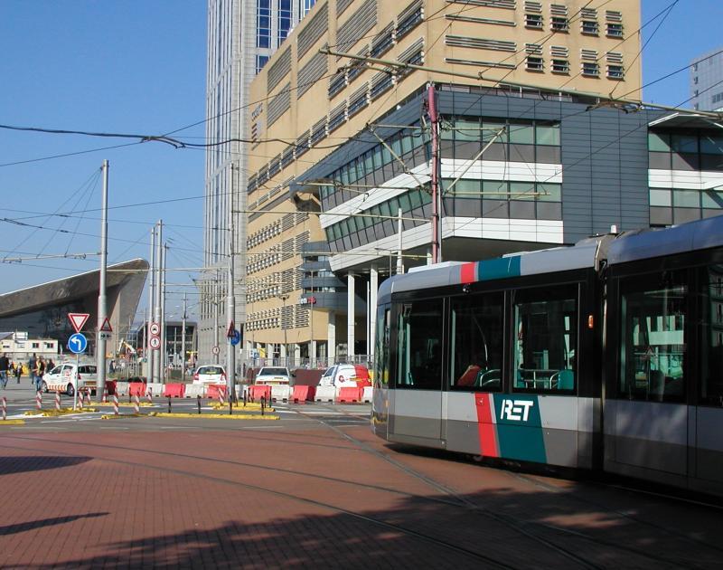 Bij de halte Kruisplein slaan de lijnen 21, 23, en 24 linksaf, terwijl ze normaal vanaf het Centraal Station hiernaartoe komen. In de verte zijn de werkzaamheden te zien.