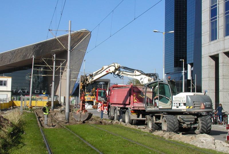 Beeld van de werkzaamheden tussen Kruisplein en CS. Het spoor hier is helemaal niet zo oud, maar door alle werkzaamheden in de buurt en het drukke tramverkeer was het danig verzakt.