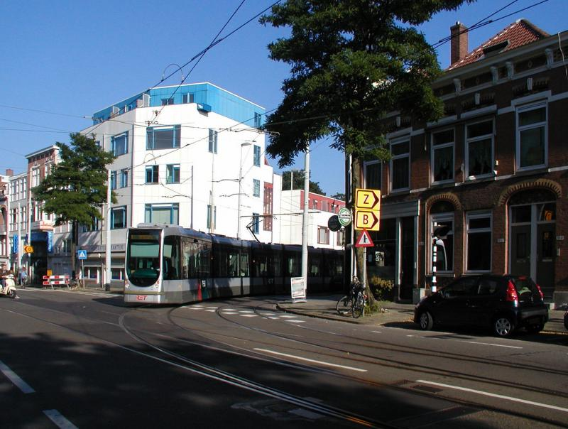 Hier komt lijn 8 uit de Zaagmolenstraat en draait de Bergweg op. Het stuk tussen de halte Benthuizerstraat en de Bergweg wordt normaal niet bereden.