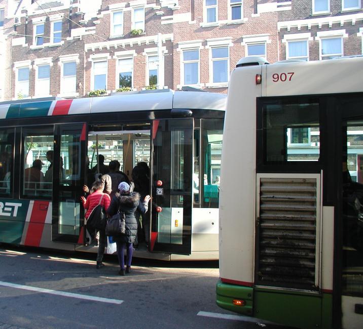 Op de Bergweg bij de halte V.d. Hoonaardstraat moeten de reizigers overstappen op een pendelbus naar Hillegersberg of de Kleiweg en omgekeerd.