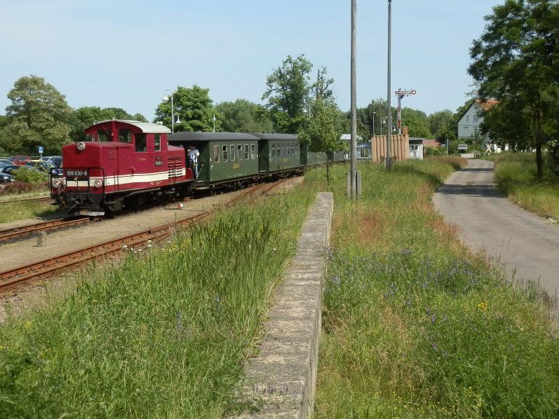 De Döllnitzbahn is het restant van het net rond Mügeln. Er wordt nog gereden vanaf Oschatz (aan de lijn Dresden-Leipzig) naar Mügeln en een enkele trein door naar Glossen. In tegenstelling tot de andere besproken lijnen is het verkeer op de Döllnitzbahn vooral gericht op scholierenvervoer: er wordt voornamelijk rond de schooltijden gereden en in schoolvakanties wordt de dienst uitgedund. Deze treinen worden met dieseltractie gereden. Alleen op bepaalde dagen in het weekend worden toeristische ritten uitgevoerd met stoomtractie.Op de foto zien we loc 199 030 om half vier aankomen in Oschatz met de enige trein uit Glossen. Ik dacht nog even een slag naar Mügeln te kunnen meemaken maar dit was al de laatste trein naar Oschatz: alleen in de hoogzomer rijdt nog een latere… De trein rijdt nu alleen nog terug naar Mügeln. De 199 030 is een van oorsprong Oostenrijkse locomotief, de ÖBB 2091.010. Deze in 1940 gebouwde loc heeft de bijzondere asindeling 1'Bo 1' en rijdt sinds 1997 bij de Döllnitzbahn.