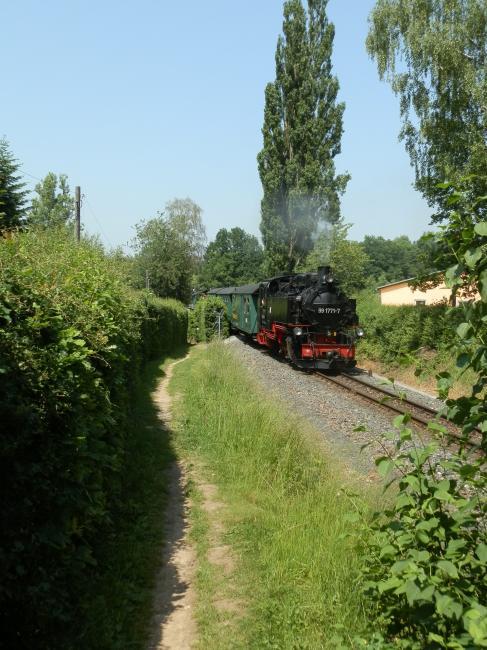 Wederom de 99 1771, tussen de stations Malter en Dippoldiswalde. Bij Malter loopt de spoorlijn langs een fraai stuwmeer dat bedoeld is om de Weisseritz in toom te houden; in 2002 werkte dat dus maar ten dele. De exploitatie van de Weisseritztalbahn, de Lössnitzgrundbahn en de niet door mij bereisde Fichtelbergbahn (Cranzahl - Kurort Oberwiesental, ten zuiden van Chemnitz) is sinds begin deze eeuw in handen van de SDG (Sächsische Dampfeisenbahngesellschaft mbH). Er rijden op de Weisseritztalbahn 6 treinen per dag, elke dag van de week, per richting. Dat is ook ongeveer de frequentie op de beide andere lijnen. Het vervoer is voornamelijk toeristisch van aard maar met een beetje geluk kom je nog een echte passagier tegen, bijvoorbeeld een scholier die heuvel op liever met fiets en al de trein neemt.