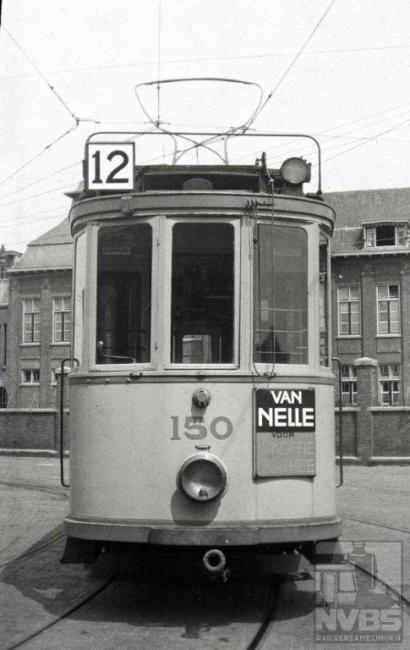 """U ziet het goed: lijn 11 slaan we over. Deze lijn ging in 1927 als sneltram op eigen baan -een unicum in Europa destijds- rijden tussen het station Hollands Spoor en Scheveningen Zeerust (bij de haven) als opvolger van de stoomtram van de HSM. Hier kwamen de nieuwe Allan-trams serie 800 in dienst: deze waren al uitgerust met lijn- en richtingfilms zodat er nooit lijnborden met """"11"""" hebben bestaan.Deze foto is geschoten op het terrein van de remise Lijsterbesstraat."""