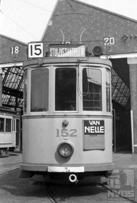 Een zomerlijn, die het langst van allemaal van dit materieel gebruik heeft gemaakt. De route liep van het Gevers Deijnootplein -foto ook uit Scheveningen- naar het Stuyvesantplein in het Bezuidenhout. Kort nadat Bonthuis deze foto maakte werd de lijn opgeheven. In 1948 kwam er een nieuwe lijn 15 met een geheel andere route.