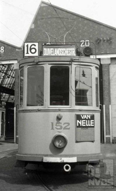 """Een lijn met dit nummer bestond er niet en had ook niet al eerder bestaan toen deze foto werd geschoten. Waarschijnlijk heeft de HTM borden met dit nummer laten maken """"voor het geval dat"""".Ook deze foto werd bij de Scheveningse remise gemaakt. De eerste lijn 16 kwam pas in 1959 en verbond de Moerwijk met het centrum en had dus niets met Scheveningen te maken."""