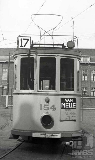 De enige foto van motorwagen 154 in deze serie, hier voor de remise Lijsterbesstraat. Deze lijn heeft wel bestaan, zij het kort, namelijk van 1924 tot 1928. Pas na de oorlog kwam er weer een lijn 17.