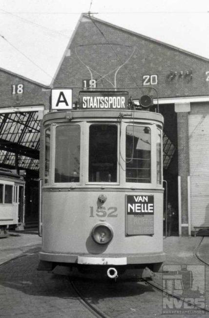 """Deze plaat had eigenlijk vooraan moeten staan, want lijn A had voorrang boven alle andere lijnen. De A was in 1916 de opvolger van een lijn 13 die het Statenkwartier met het station Staatsspoor verbond. De redelijk deftige passagiers uit het Statenkwartier hadden zich beklaagd over de trage voortgang van hun tramlijn. Dit kwam omdat de HTM een voorrangsregime hanteerde waarbij de lagere lijnnummers voorrang hadden boven de hogere. Toen in 1927 het lijnnummer 1 vrij kwam, werd de toch wat vreemde letter A vervangen door de 1 waardoor de lijn haar voorrangspositie kon behouden. De vraag blijft hoe Bonthuis bij de remise Scheveningen aan deze """"A"""" is gekomen, op een moment dat deze letter al meer dan tien jaar eerder werd afgezworen…"""