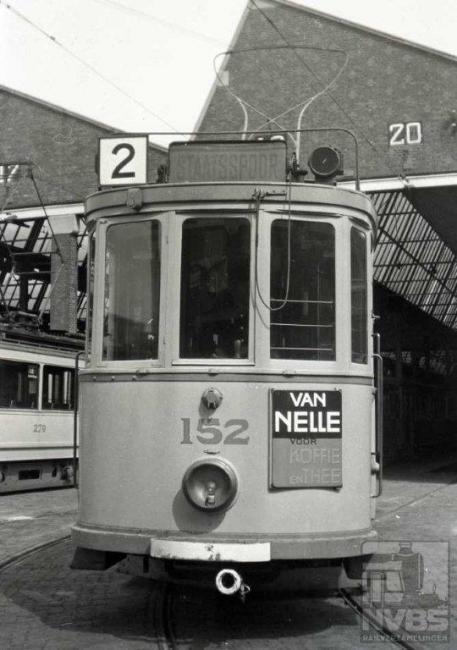 Evenals de foto van lijn 1 is deze gemaakt op het terrein van de remise Scheveningen. Op last van de bezetter moest lijn 2 in verband met de aanleg van de Atlantik Wall haar diensten eind 1942 staken.