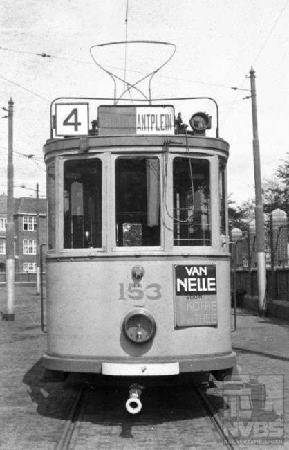 """Lijn 4 werd vanuit de remise Frans Halsstraat geëxploiteerd en daar gefotografeerd. Ook deze lijn kende tussen 1947 en 1959 een """"A"""" , die tot Overbosch reed, om en om met de 4. De zeer lange lijn 4 reed naar de Zijdeweg, bij de grens met Wassenaar."""