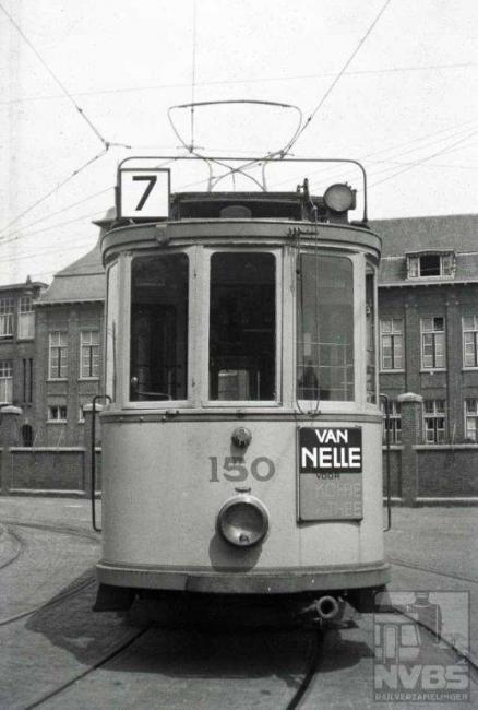 """Motorwagen 150 is de enige """"hoogdakker"""" van het stel. De trams uit de serie 151-168 werden """"laagdakkers"""" genoemd vanwege hun lager dak, nodig om de poortjes rond het Binnenhof te kunnen passeren. De 150 staat op het terrein van de remise Lijsterbesstraat."""