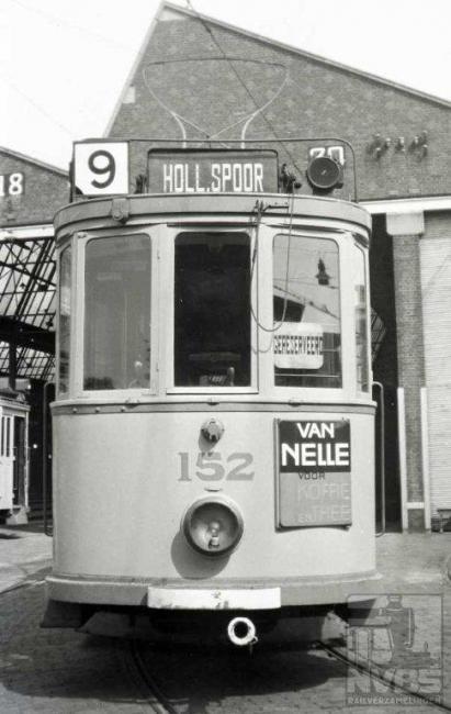 Ook op het terrein van de Scheveningse remise aan het Harstenhoekplein gefotografeerd. De 152 is dus een laagdakker, maar op de foto's en face is het verschil nauwelijks zichtbaar.