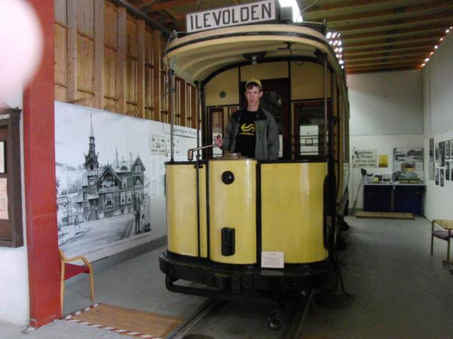 Halverwege de enige resterende tramlijn in Trondheim ligt een klein trammuseum. Daar staan enkele oude wagens en heel veel parafernalia, zoals koersborden.Foto: Theo Gramser Periode: juli 2010