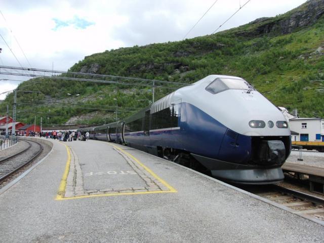 Van Trondheim rijden we naar Oslo (overnachting) en Myrdal. Hier rijden veel treinstellen type BM 73 als Expresstog. Dit zijn zeer comfortabele kantelbaktreinstellen gebouwd voor lange afstanden en barre weersomstandigheden.Foto: Theo Gramser Periode: juli 2010