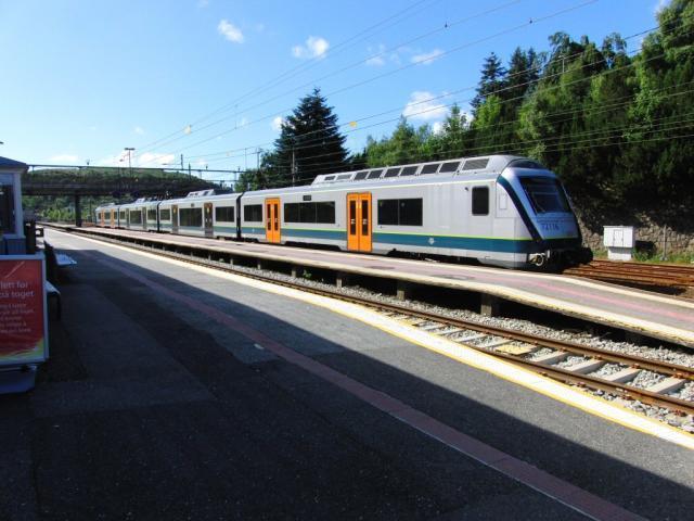 Het kan dus wel: dit treinstel type BM 72 is gebouwd door AnsaldoBreda en rijdt al een paar jaar in het regionale reizigersverkeer vanuit Stavanger. De trein is ingedeeld in zones voor vaste reizigers met abonnementen en ′dagjesmensen′ zoals wij.Foto: Theo Gramser Periode: juli 2010