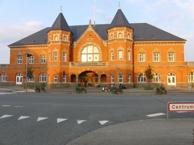 Het statige stationsgebouw van Esbjerg.Foto: Theo Gramser Periode: juli 2010