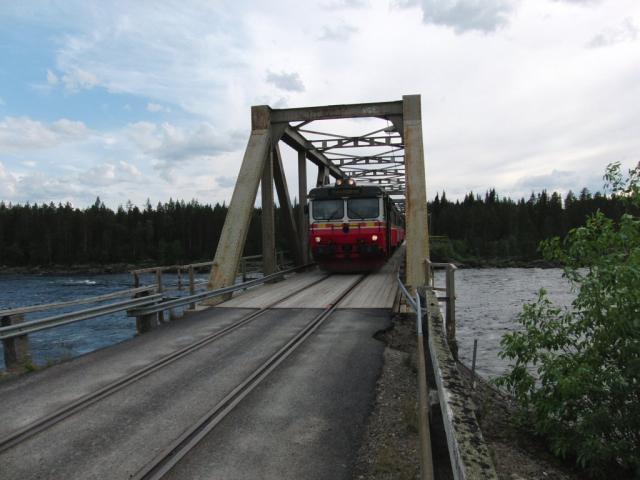 We reizen met de Inlandsbanan van Östersund naar Galliväre. Om 17:15 steken we de rivier Pite Älv over via een gecombineerde spoorwegbrug. Ruim een uur later staan we op de poolcirkel. De hele rit duurt 14,5 uur en is 750km lang.Foto: Theo Gramser Periode: juli 2010