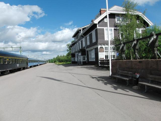 Het Järnvägshotellet (Spoorweghotel) ligt letterlijk óp het station van Kiruna.'s Avonds en 's nachts (het blijft heel licht) maken we heel wat foto's vanuit het hotel van voorbijrijdende treinen. Links staat de nachttrein die daar overdag overstaat. Het treinpersoneel daarvan overnachtte ook in het spoorweghotel, dus dat deed zijn naam dubbel eer aan.Foto: Theo Gramser Periode: juli 2010