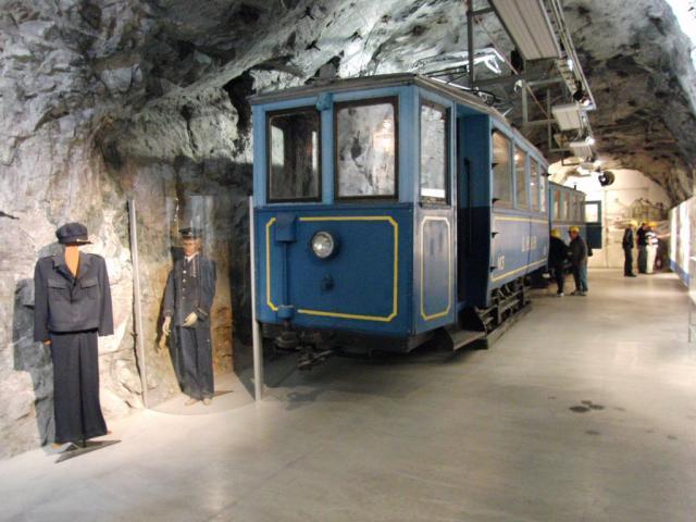Deze tram heeft vroeger in Kiruna rondgereden. Hij staat nu op enkele honderden meters diepte in de InfoMine van ertsbedrijf LKAB. Daarmee is het denk ik de diepste tram ter wereld!Foto: Theo Gramser Periode: juli 2010