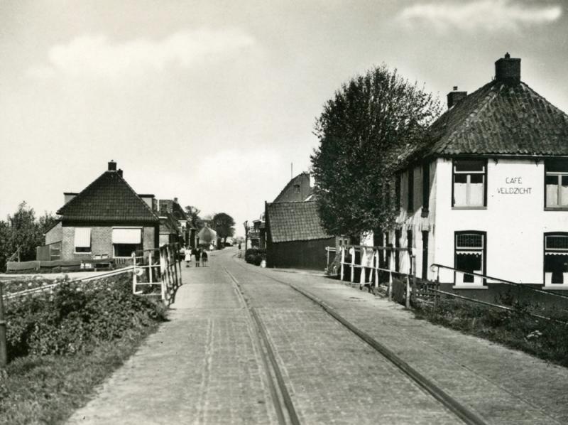 Na Berlikum vervolgde de tramlijn zijn weg via Wier (foto) naar Mooie Paal. Tot van 1939 tot 1951 bestond daar een splitsing: naar St. Jacobiparochie of via de verbindingsbaan naar de NFLS-lijn Stiens - Tzummarum.