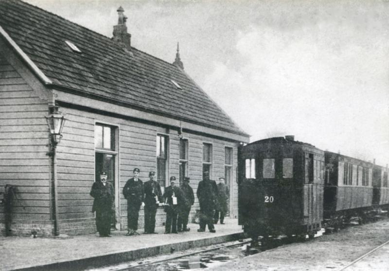 Eindpunt: St. Jacobiparochie. Hier staat loc 20 gereed voor vertrek naar Leeuwarden. De foto is enkele jaren na de opening genomen. Het tramstation lag aan de zuidzijde van St. Jacobiparochie.