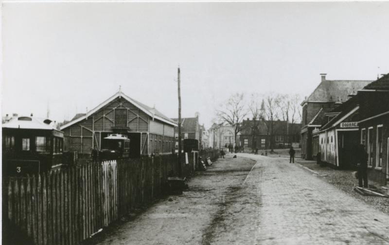 We beginnen onze reis in Dokkum. Aan de zuidzijde van dit stadje bevond zich het tramstation, beginpunt van de lijn naar Veenwouden. De foto toont de paardentramrijtuigen. Hoewel de NTM hier het liefst een stoomtram had gezien, bleef de gemeente Dantumadeel tot 1925 daartegen gekant. Dus volstond men met een paardentram. De foto dateert waarschijnlijk uit de jaren 1900-1910.