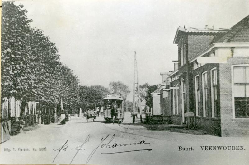 De paardentram, niet ver van het tramstation te Veenwouden. Hier kon de reis per stoomtram worden voortgezet naar Drachten en verder.