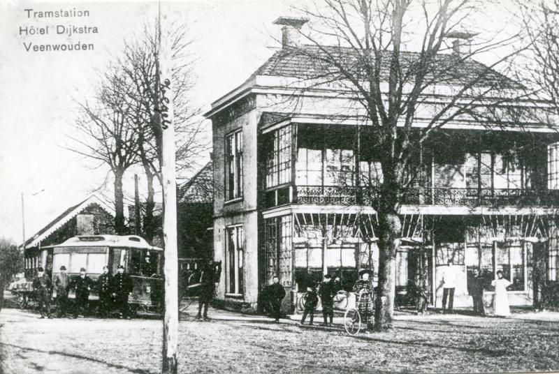 Eindpunt van de paardentram in Veenwouden. Het tramstation lag overigens tegenover dat van de Staatsspoorwegen.