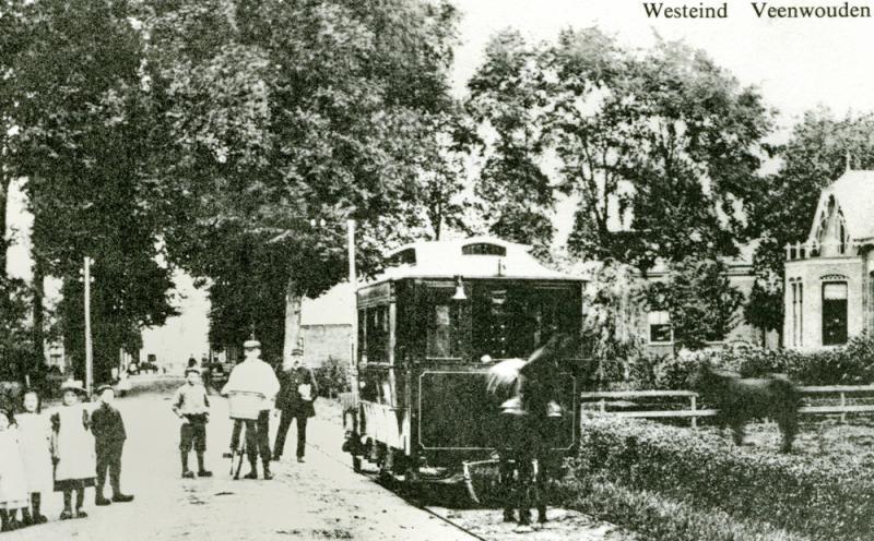 Hier zien we de paardentram in Veenwouden, vermoedelijk in de periode na 1915.