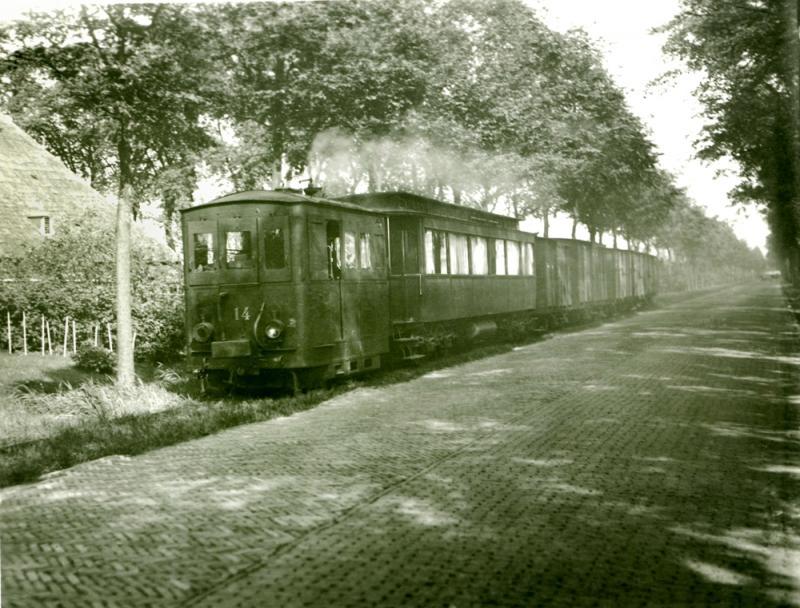 De Harlingerstraatweg tussen Leeuwarden Halte (aan de NFLS-lijn) en Marssum met de NTM-14 op 11 augustus 1936. Foto: J.J.B. Vellekoop.