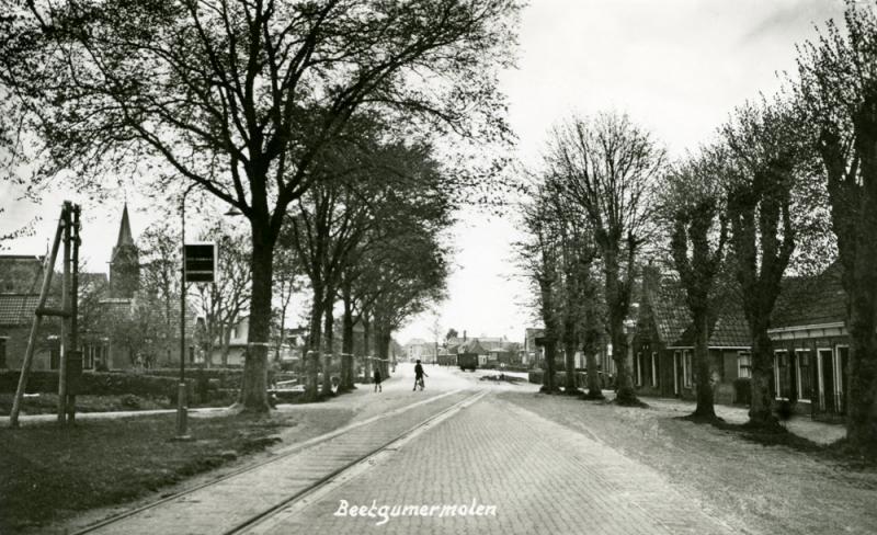 Beetgumermolen met kolenwagen, mogelijk begin jaren vijftig. Na de opheffing van de reizigersdienst, de opbraak van de tramlijn tussen Leeuwarden en Beetgumermolen en de opening van de verbindingsbaan met de NFLS-lijn bij Mooie Paal in 1939, bediende daarna de NS de tramlijn. Op het gedeelte Berlikum (LIJEMPF) - Beetgumermolen reed in januari 1958 de laatste goederentram.