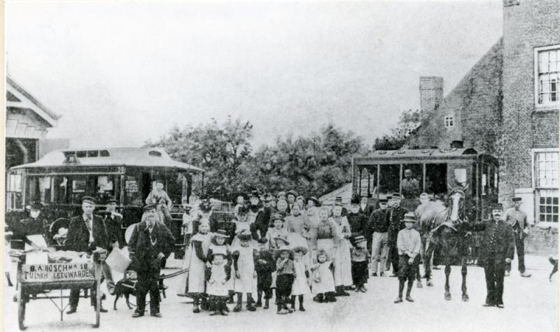 Nogmaals Berlikum, mogelijk rond 1905. Hier begon de paardentramlijn naar St. Annaparochie. Het spoor kruiste dat van de stoomtramlijn van Leeuwarden naar St. Jacobiparochie. De paardentram (links staat het rijtuig) was geen succes en verdween al in 1917.