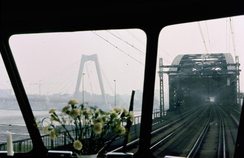 In Rotterdam werd uiteraard nog over het luchtspoor en de oude spoorbrug gereden.Links is al de nieuwe Willemsbrug te zien, die in 1981 werd geopend.